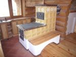 Kachlový sporák s dřevěnou lavicí