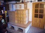 Kachlová kamna s lavicí